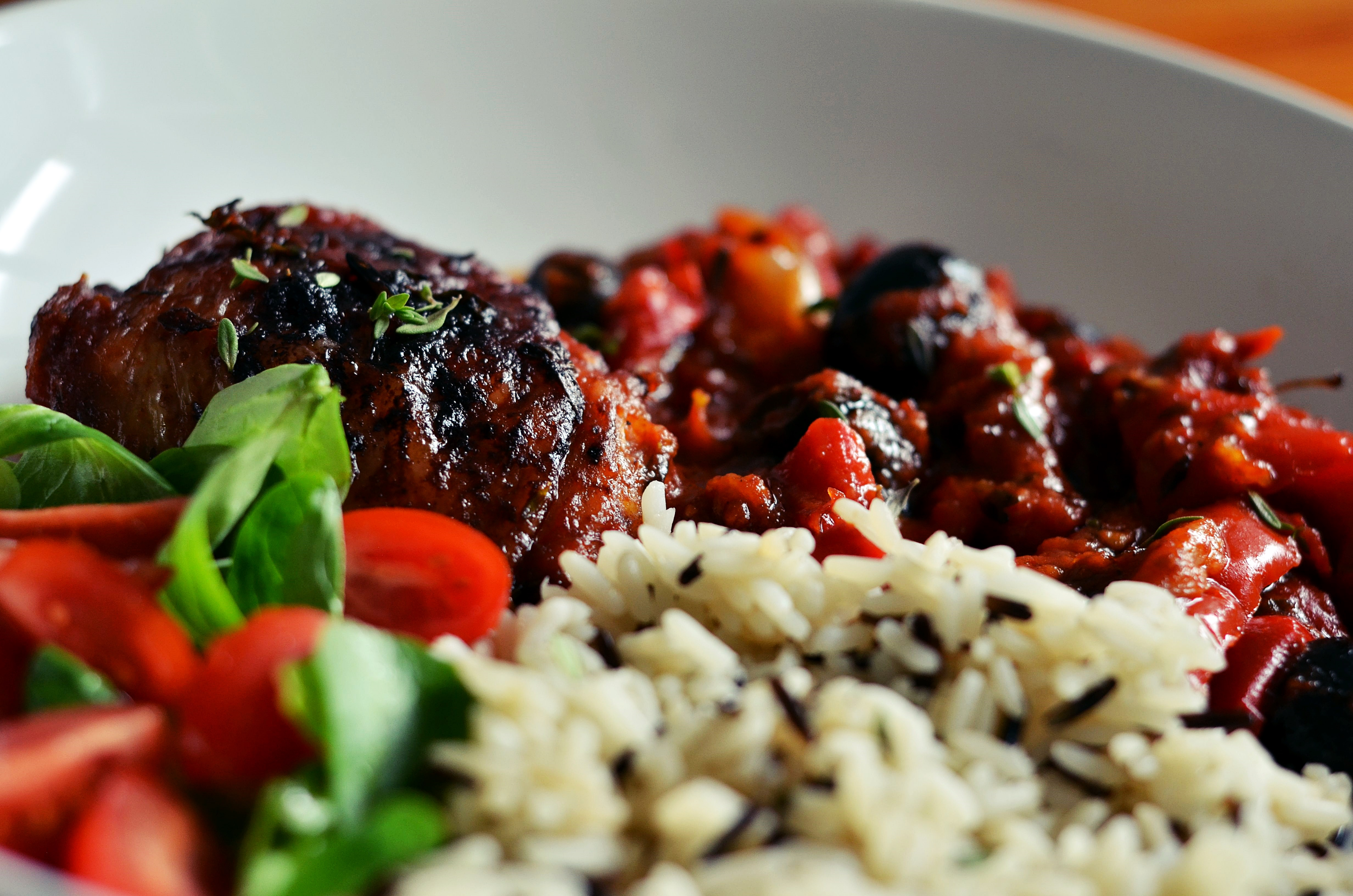 Kuře po baskicku s divokou rýží a salátem z polníčku