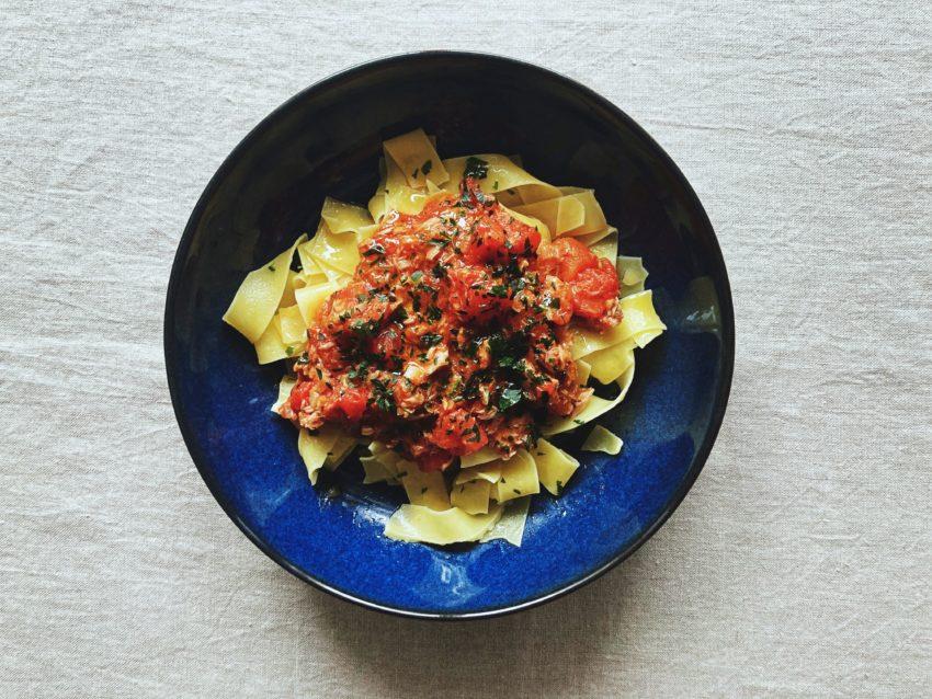Těstoviny s tuňákem a rajčaty